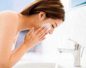 Reinigen van je huid met de reinigingscrème van LIN Skincare