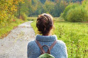 Vrouw wandelen in de natuur!