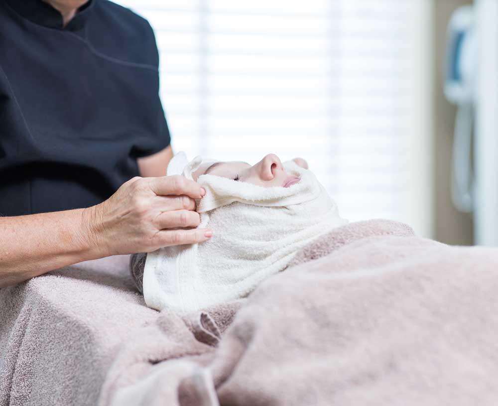 Schoonheidsspecialiste gebruikt producten van LIN Skincare