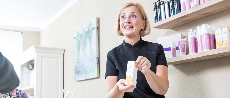 Belinda in haar salon - LIN Skincare
